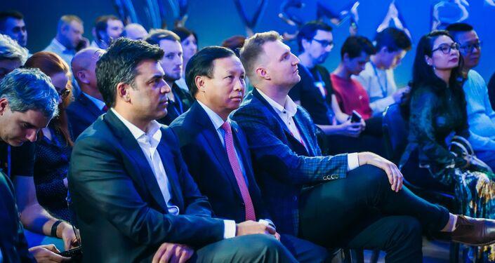 Đại sứ Việt Nam tại Nga Ngô Đức Mạnh tại lễ giới thiệu điện thoại Vsmart tại Matxcơva
