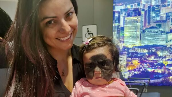 Carolina Fenner với con gái tại Sheremetyevo - Sputnik Việt Nam