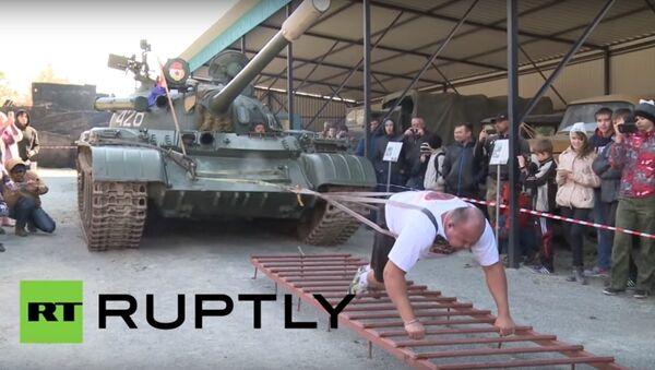 Võ sỹ Ivan Savkin đẩy chiếc xe tăng 37 tấn - Sputnik Việt Nam