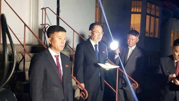 Nhà đàm phán hạt nhân Triều Tiên Kim Myung-Gil tại Đại sứ quán Bắc Triều Tiên tại Stockholm, Thụy Điển - Sputnik Việt Nam