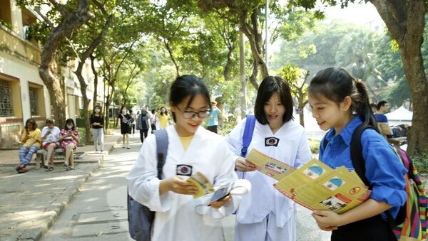 Thanh niên tình nguyện tuyên truyền, hướng dẫn sinh viên thực hiện vệ sinh môi trường, diệt bọ gậy, phòng chống sốt xuất huyết tại khu ký túc xá trường Đại học Kinh tế quốc dân, quận Hai Bà Trưng - Sputnik Việt Nam