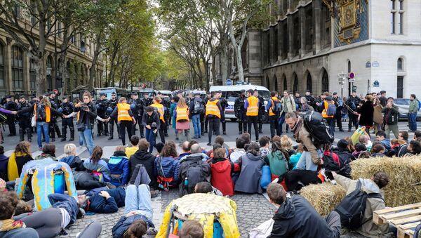Các nhà hoạt động môi trường nổi loạn tuyệt chủng tổ chức hành động khí hậu ở Paris - Sputnik Việt Nam