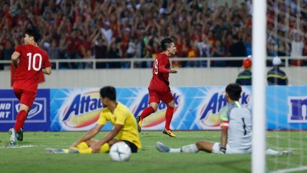 Tiền vệ Nguyễn Quang Hải ăn mừng sau khi ghi bàn mở tỉ số cho đội tuyển Việt Nam - Sputnik Việt Nam