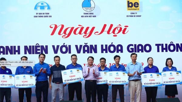 Các đồng chí lãnh đạo tặng quà và biển tượng trưng cho các mô hình: Thanh niên xung phong tham gia đảm bảo trật tự an toàn giao thông. - Sputnik Việt Nam