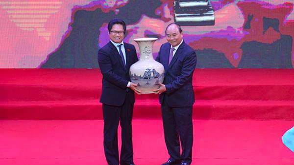 Thủ tướng Chính phủ Nguyễn Xuân Phúc tặng quà lưu niệm cho cộng đồng Doanh nhân Việt Nam. - Sputnik Việt Nam
