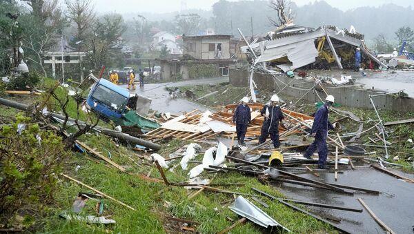 Nhà cửa, xe hơi và cột điện bị phá hủy bởi cơn bão Hagibis, Nhật Bản - Sputnik Việt Nam
