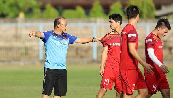 HLV Park Hang-seo nói chuyện với tiền đạo Công Phượng. - Sputnik Việt Nam