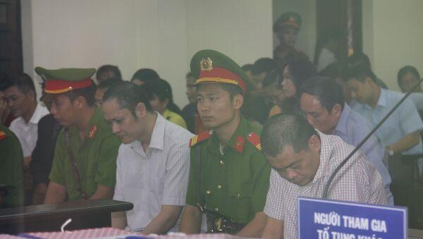Bị cáo Vũ Trọng Lương (ngồi giữa) và bị cáo Nguyễn Thanh Hoài (ngồi ngoài, bên phải) tại phiên tòa. - Sputnik Việt Nam