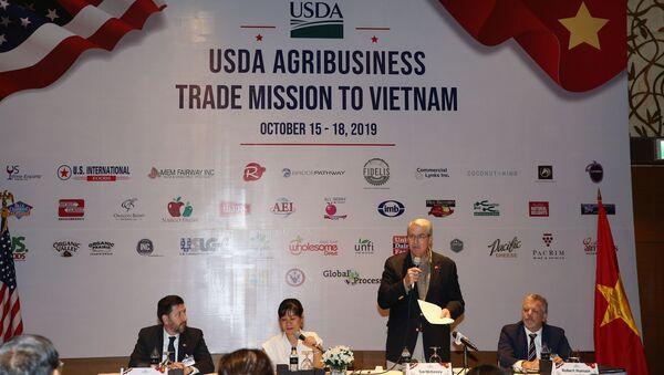 Thứ trưởng Bộ Nông nghiệp Mỹ Ted McKinney phát biểu tại buổi họp báo. - Sputnik Việt Nam