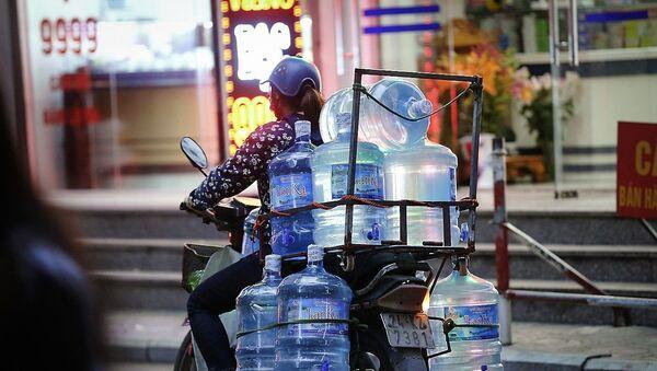 Chiều tối 15/10/2019, người dân tại các tòa nhà KĐT Linh Đàm (Hoàng Mai, Hà Nội) vẫn phải gọi xe téc cung cấp nước sạch dịch vụ, do nguồn nước sạch sông Đà có mùi và màu khác lạ - Sputnik Việt Nam