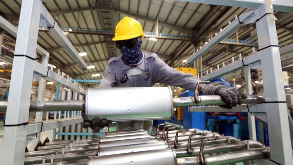 Trong ảnh: Dây chuyền sản xuất của Công ty TNHH sản xuất ống xả ô tô THACO tại Khu kinh tế mở Chu Lai (Quảng Nam) – một trong những khu kinh tế thu hút đầu tư lớn của khu vực miền Trung - Sputnik Việt Nam