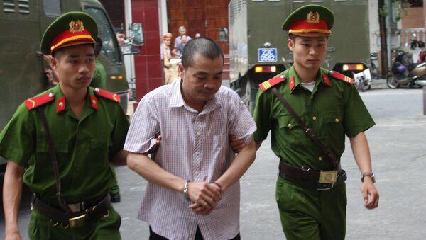 Cảnh sát dẫn giải bị cáo Nguyễn Thanh Hoài đến tòa. - Sputnik Việt Nam