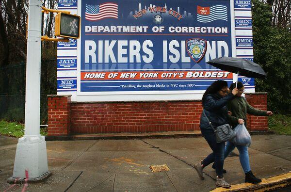 Poster ở lối vào đảo Rikers, nơi có nhà giam hình sự lớn nhất thế giới, Hoa Kỳ - Sputnik Việt Nam