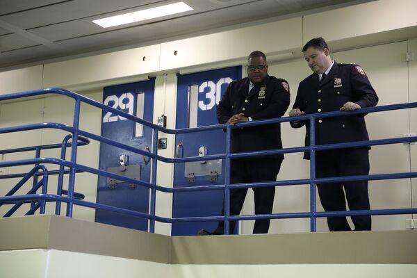 Nhân viên đang chờ họp báo tại nhà tù Rikers Island ở ngoại ô New York, Hoa Kỳ - Sputnik Việt Nam