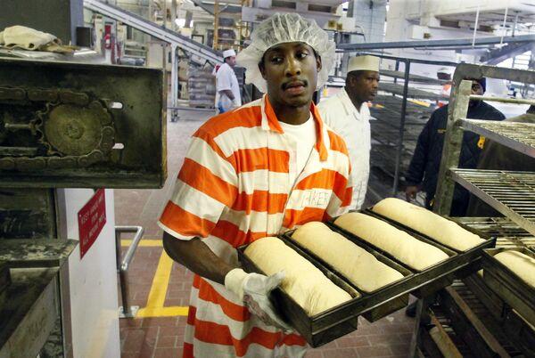 Tù nhân Nikos Alexis tại lò nướng bánh của nhà tù Rikers Island lớn nhất thế giới  - Sputnik Việt Nam