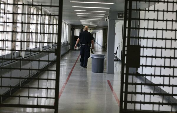 Nhân viên phòng biệt giam điều tra trong nhà tù Rikers Island lớn nhất thế giới  - Sputnik Việt Nam