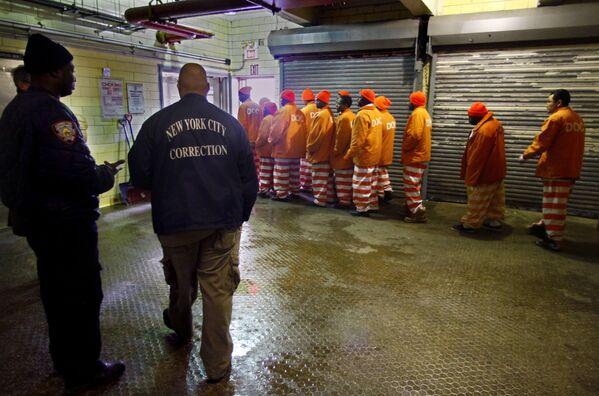 Nhóm tù nhân rời khỏi lò bánh trong nhà tù Rikers Island lớn nhất thế giới sau ca làm việc buổi sáng - Sputnik Việt Nam