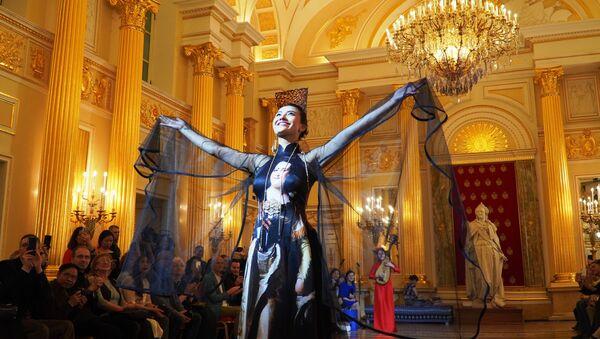 Áo dài từ lụa tơ tằm với hình Nữ hoàng Ekaterina Vĩ đại - Sputnik Việt Nam