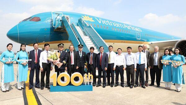 Phó Thủ tướng Thường trực Trương Hòa Bình cùng các đại biểu và phi hành đoàn tại buổi lễ. - Sputnik Việt Nam