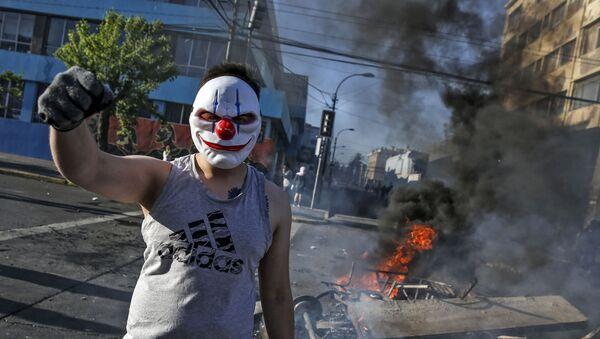Người biểu tình đeo mặt nạ trong cuộc biểu tình ở Santiago, Chile - Sputnik Việt Nam