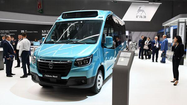 Khách tham quan tại xe buýt GAZelle NEXT tại triển lãm quốc tế về xe thương mại Comtrans 2019 tại Moscow - Sputnik Việt Nam