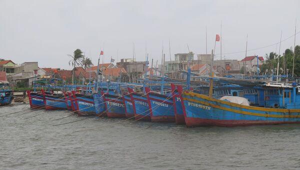 Các tàu thuyền đánh bắt thủy sản neo đậu tránh bão tại cảng cá Đông Tác, phường Phú Đông, thành phố Tuy Hòa. - Sputnik Việt Nam
