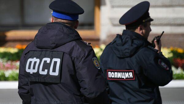 Nhân viên của Dịch vụ An ninh Liên bang (FSO) và cảnh sát trên Quảng trường Đỏ gần tòa nhà GUM ở Moscow - Sputnik Việt Nam