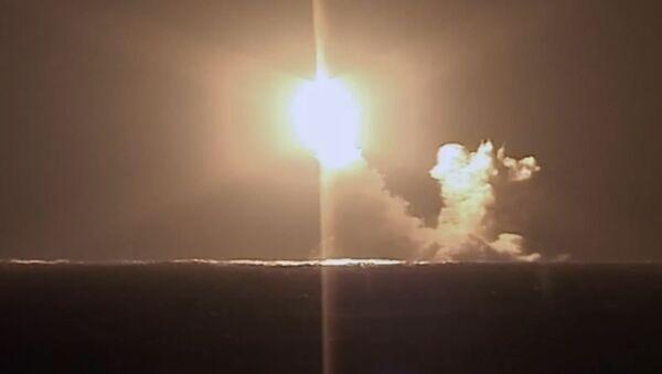 Vụ phóng tên lửa đạn đạo Bulava từ tàu tuần dương chiến lược Knyaz Vladimir - Sputnik Việt Nam