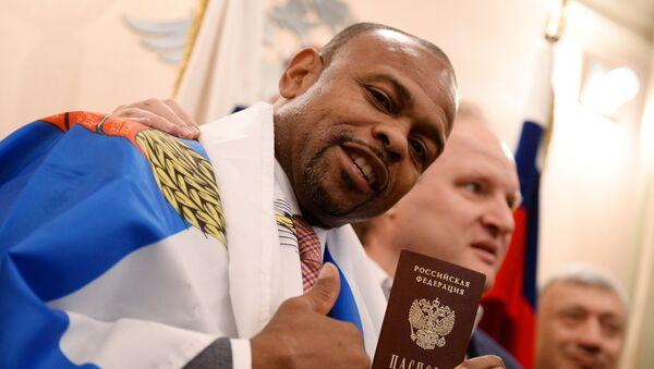 Võ sĩ  Roy Jones với tấm hộ chiếu Nga - Sputnik Việt Nam