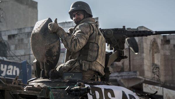 Một binh sĩ Thổ Nhĩ Kỳ nhìn ra từ xe tăng - Sputnik Việt Nam