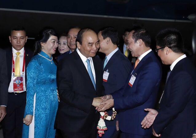 Các đại biểu Thái Lan và Việt Nam đón Thủ tướng Nguyễn Xuân Phúc và Phu nhân tại sân bay quân sự Bangkok, Thái Lan.