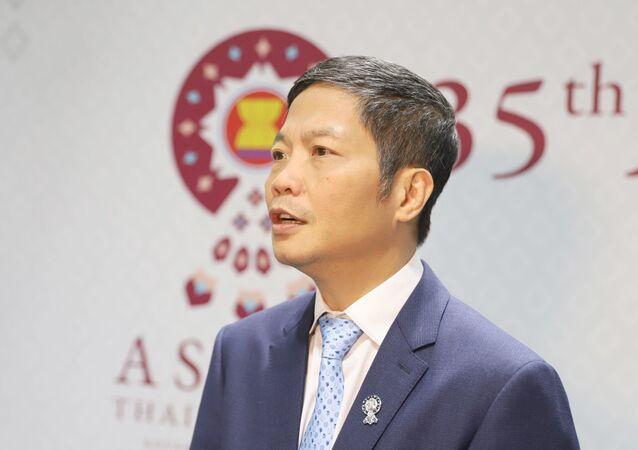 Bộ trưởng Công Thương Việt Nam Trần Tuấn Anh trả lời phỏng vấn tại Summit ASEAN 35
