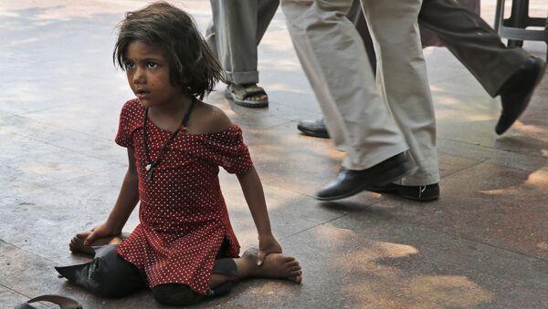 Mọi người đi ngang qua một cô gái vô gia cư ở New Delhi - Sputnik Việt Nam