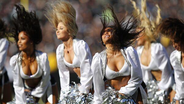 Màn biểu diễn của đội múa cổ vũ Oakland Raiders trong trận bóng đá ở Oakland, California - Sputnik Việt Nam