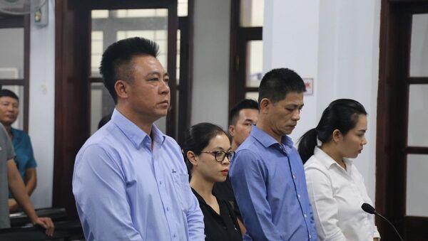 Ông Đinh Tiến Sử (bìa trái) và các đồng phạm tại phiên tòa - Sputnik Việt Nam