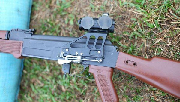 Súng tiểu liên AK của Nhà máy Z111 với một số cải tiến như thanh ray lắp kính ngắm và các chi tiết báng súng, ốp tay bằng vật liệu composite - Sputnik Việt Nam