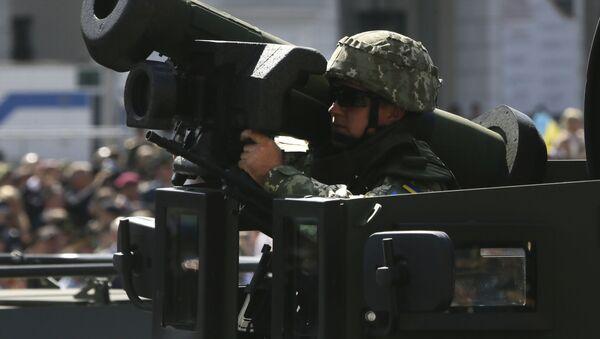 Người lính Ukraine với hệ thống tên lửa chống tăng di động Javelin tại cuộc diễu hành quân sự ở Kiev - Sputnik Việt Nam