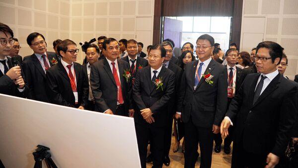 Phó Thủ tướng Trịnh Đình Dũng và đại biểu nghe giới thiệu về sản phẩm công nghệ Hàn Quốc tại hội nghị - Sputnik Việt Nam