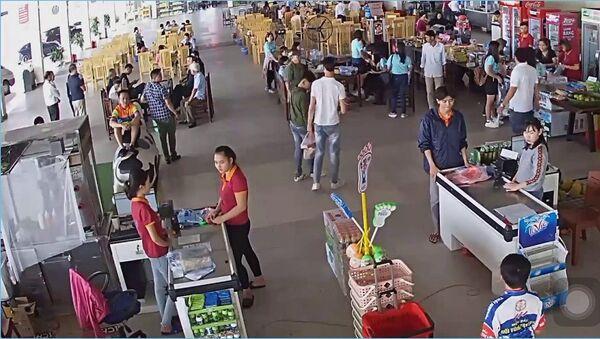 Người đàn ông tát vào mặt nam nhân viên bán hàng - Sputnik Việt Nam
