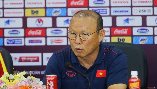 HLV trưởng đội tuyển quốc gia Việt Nam Park Hang-seo trả lời các câu hỏi của giới truyền thông trong buổi họp báo. - Sputnik Việt Nam