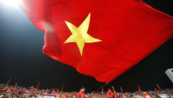 Khán giả trên SVĐ Mỹ Đình cổ vũ cuồng nhiệt cho đội tuyển Việt Nam.  - Sputnik Việt Nam