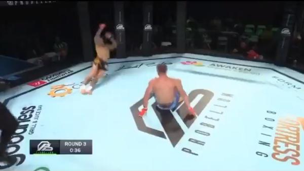 Cựu võ sĩ UFC người Anh Ross Pearson đã phải chịu thất bại nặng nề trong cuộc đọ sức với võ sĩ người Pháp Davy Gallon tại Probellum 1 - Sputnik Việt Nam