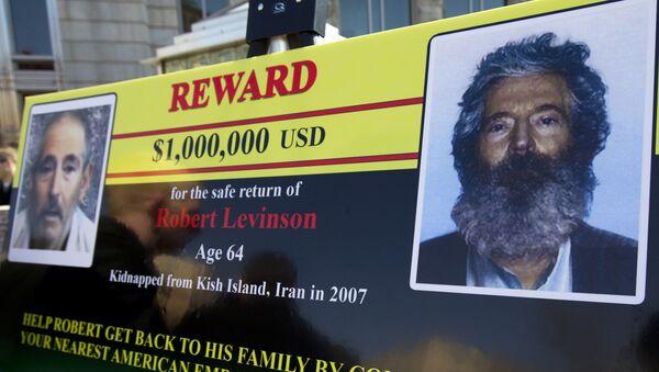 Biểu ngữ của Cục Điều tra Liên bang (FBI) với hai hình ảnh cựu đặc vụ FBI mất tích Robert Levinson: bên phải là ảnh được cho là của Levinson sau 5 năm bị giam cầm. Bên trái là ảnh chụp màn hình từ video mà những kẻ bắt giữ Levinson công bố - Sputnik Việt Nam