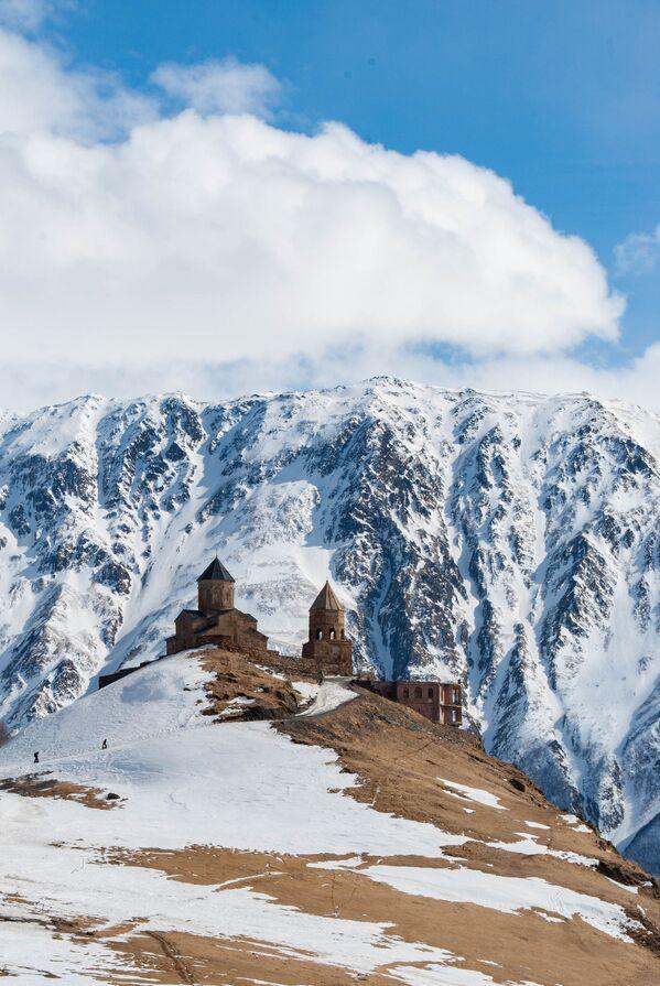 Bức ảnh nhà thờ Chúa Ba ngôi Gergeti ở Georgia của Iuliia Pasechnaia, lọt vào chung kết cuộc thi Historic Photographer of the Year 2019 - Sputnik Việt Nam