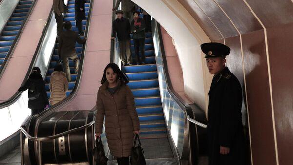 Trong tàu điện ngầm Bình Nhưỡng, CHDCND Triều Tiên - Sputnik Việt Nam