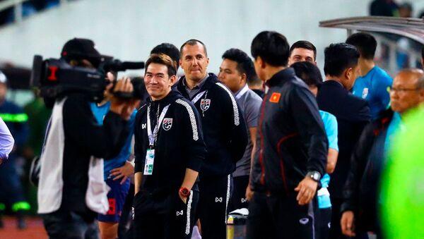 Đội ngũ trợ lý của tuyển Thái Lan liên tục khiêu khích HLV Park.  - Sputnik Việt Nam