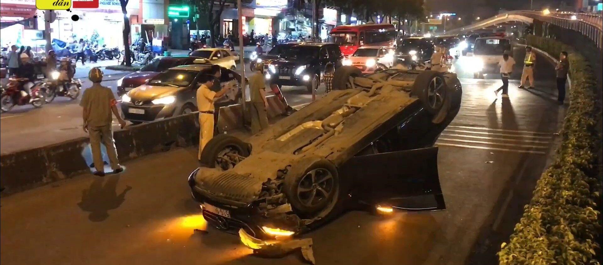 Chiếc Mercedes lật ngửa sau tai nạn. - Sputnik Việt Nam, 1920, 27.11.2019