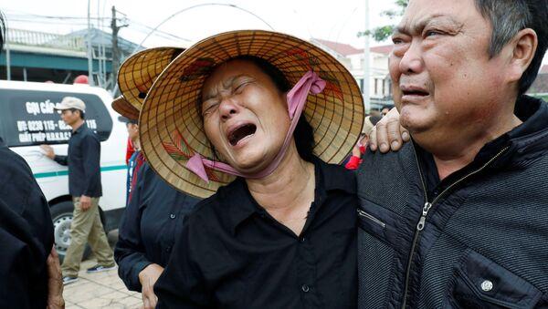 Những người thân của một trong những nạn nhân được phát hiện đã chết trong xe tải Anh ở Essex - Sputnik Việt Nam