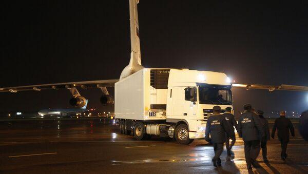Chiếc xe chở thi hài các nạn nhân vụ tai nạn máy bay Airbus A321 tại St. Petersburg - Sputnik Việt Nam