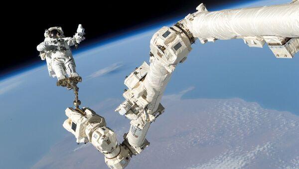 Phi hành gia Stephen Robinson Kern bên ngoài trạm ISS - Sputnik Việt Nam